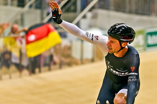 Jens Voigt Salutes the Crowd After World Record Hour Attempt